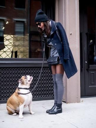 Cómo combinar: abrigo azul marino, vestido recto gris, botines chelsea de cuero negros, calcetines hasta la rodilla grises