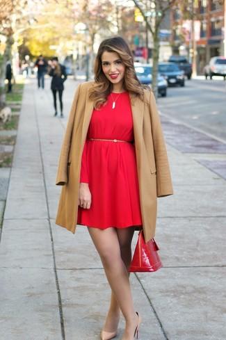 Cómo combinar: abrigo marrón claro, vestido recto rojo, zapatos de tacón de cuero marrón claro, bolso de hombre de cuero rojo