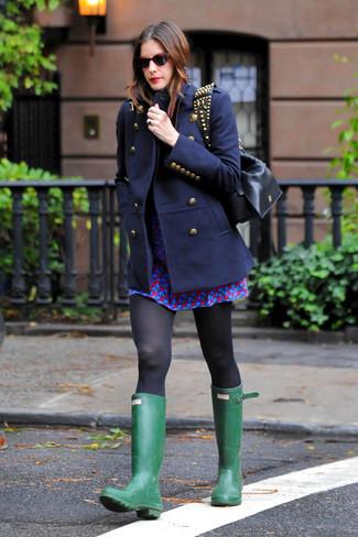 Look de moda: Abrigo azul marino, Vestido skater estampado azul, Botas de lluvia verdes, Bolso bandolera de cuero con tachuelas negro