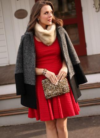 Cómo combinar: abrigo en gris oscuro, vestido skater rojo, cartera sobre de lentejuelas dorada, bufanda de pelo en beige