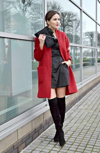 Cómo combinar: abrigo rojo, vestido tubo de satén negro, botas sobre la rodilla de ante negras, cartera sobre de satén negra