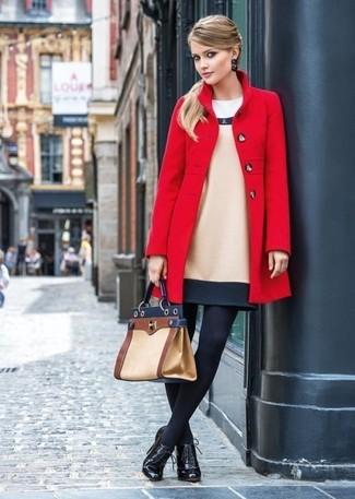 Cómo combinar: abrigo rojo, vestido tubo de lana en beige, botines con cordones de cuero negros, bolso de hombre de cuero marrón claro