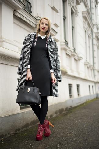 Cómo combinar un abrigo blanco: Casa un abrigo blanco junto a un vestido tubo en negro y blanco para un lindo look para el trabajo. Botines con cordones de cuero rojos son una opción inigualable para completar este atuendo.