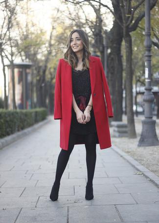 Cómo combinar: abrigo rojo, vestido tubo con adornos negro, camisa de vestir de tartán en rojo y negro, botines de ante negros