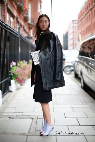 Cómo combinar: abrigo de cuero negro, vestido tubo negro, chinelas de cuero violeta claro, cartera sobre a lunares en blanco y negro