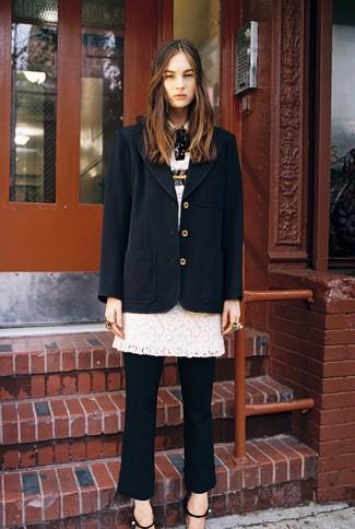 Cómo combinar: abrigo negro, vestido tubo de encaje blanco, pantalón de vestir negro, sandalias de tacón de cuero negras