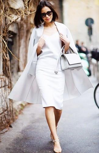 Cómo combinar: abrigo blanco, vestido tubo blanco, sandalias de tacón de cuero en beige, bolso bandolera de cuero blanco