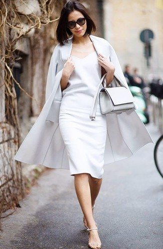 Cómo combinar: abrigo gris, vestido tubo blanco, sandalias de tacón de cuero en beige, bolso bandolera de cuero blanco