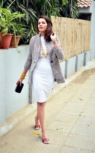 Cómo combinar: abrigo gris, vestido tubo blanco, sandalias planas de cuero rojas, cartera sobre de ante negra