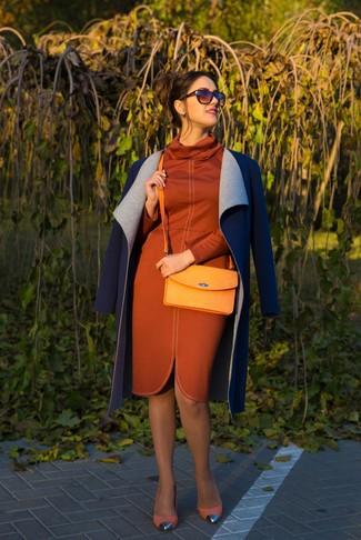 Muestra tu lado sofisticado con un abrigo azul marino y un vestido tubo naranja. Zapatos de tacón de ante amarillos son una opción buena para completar este atuendo.