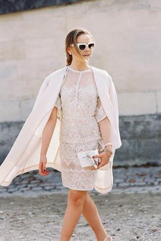 Cómo combinar: abrigo blanco, vestido tubo de encaje blanco, zapatos de tacón de cuero blancos, cartera sobre de cuero plateada