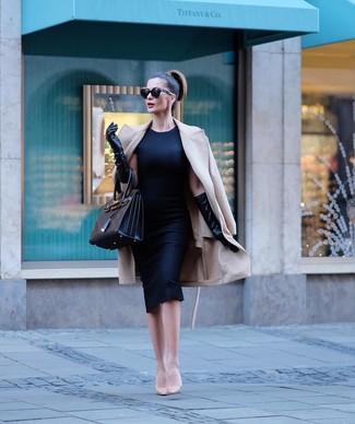 Cómo combinar un abrigo en beige: Empareja un abrigo en beige junto a un vestido tubo negro para el after office. Zapatos de tacón de cuero en beige son una opción muy buena para completar este atuendo.