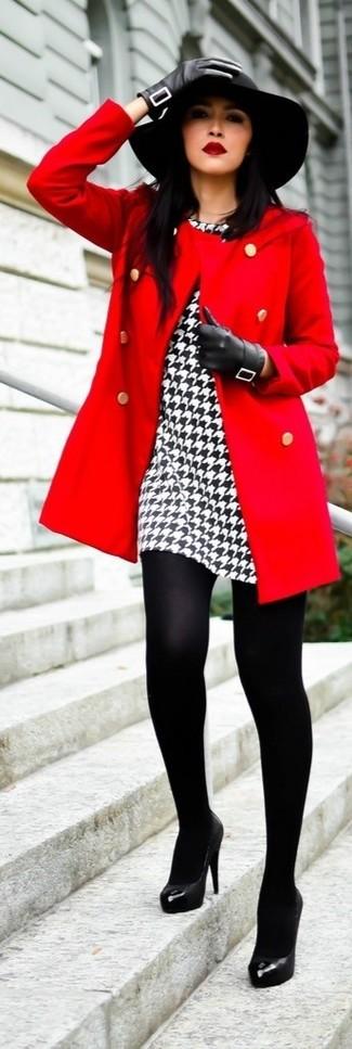 Haz de un abrigo rojo y un vestido tubo de pata de gallo blanco y negro tu atuendo para un lindo look para el trabajo. Zapatos de tacón de cuero negros son una opción práctica para complementar tu atuendo.