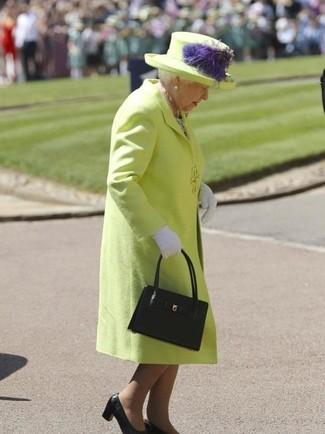 Cómo combinar: abrigo en amarillo verdoso, zapatos de tacón de cuero negros, bolsa tote de cuero negra, guantes blancos