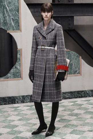 Cómo combinar una correa de cuero blanca: Emparejar un abrigo de tartán gris junto a una correa de cuero blanca es una opción atractiva para el fin de semana. Zapatos de tacón de ante negros son una opción atractiva para complementar tu atuendo.
