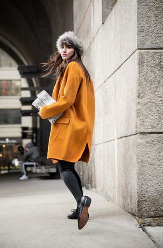 Cómo combinar: abrigo mostaza, zapatos oxford de cuero negros, cartera sobre de cuero con print de serpiente gris, sombrero de piel gris