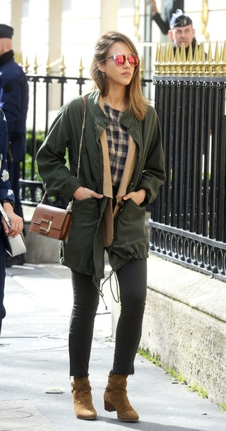 Cómo combinar: anorak verde oscuro, blazer de lana marrón claro, camiseta con cuello circular de tartán gris, vaqueros pitillo negros