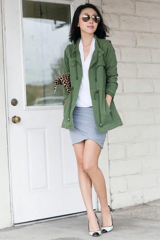 Cómo combinar unos zapatos de tacón de cuero en blanco y negro: Haz de un anorak verde oliva y una minifalda gris tu atuendo para un look agradable de fin de semana. Zapatos de tacón de cuero en blanco y negro son una opción grandiosa para completar este atuendo.