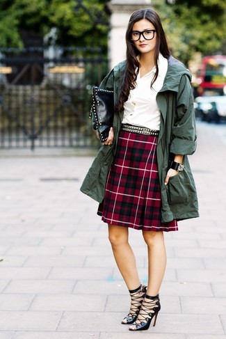 Cómo combinar: anorak verde oscuro, camisa de vestir blanca, falda línea a de tartán roja, sandalias romanas de cuero negras