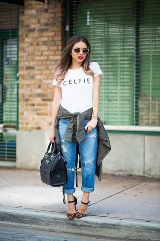 Cómo combinar: anorak verde oscuro, camiseta con cuello circular estampada en blanco y negro, vaqueros boyfriend desgastados azules, zapatos de tacón de ante de leopardo marrónes