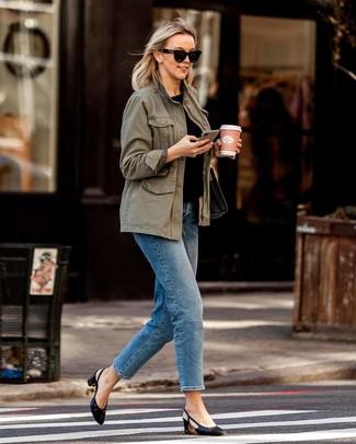 Outfits mujeres: Ponte un anorak verde oliva y unos vaqueros azules para cualquier sorpresa que haya en el día. Zapatos de tacón de cuero negros son una opción estupenda para complementar tu atuendo.
