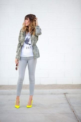 Emparejar un anorak de camuflaje gris con unos vaqueros pitillo grises es una opción buena para el fin de semana. Luce este conjunto con zapatos de tacón de cuero amarillos.