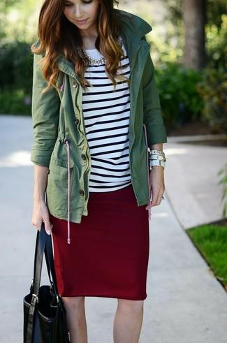 Cómo combinar: anorak verde oscuro, camiseta de manga larga de rayas horizontales en blanco y negro, falda lápiz burdeos, bolsa tote de cuero negra
