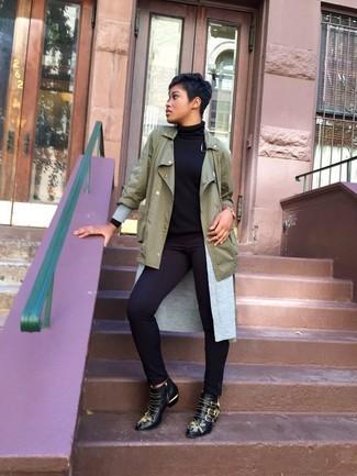 Cómo combinar: anorak verde oliva, cárdigan abierto gris, jersey de cuello alto negro, pantalones pitillo negros
