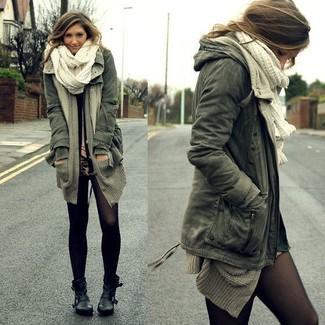 Cómo combinar: anorak verde oscuro, cárdigan abierto gris, minifalda de leopardo marrón claro, botines de cuero negros