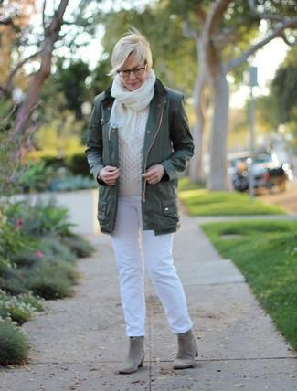 Cómo combinar: anorak verde oscuro, jersey de ochos blanco, vaqueros blancos, botines de ante grises