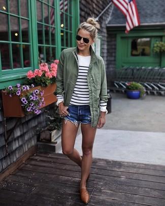 Cómo combinar: anorak verde oliva, jersey con cuello circular de rayas horizontales en blanco y negro, pantalones cortos vaqueros azules, mocasín de cuero marrónes