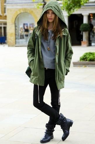 Cómo combinar: anorak verde oliva, jersey con cuello circular gris, vaqueros pitillo negros, botas a media pierna de cuero con tachuelas negras