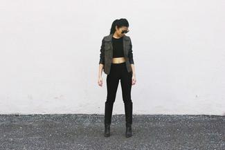 Cómo combinar: anorak verde oliva, top corto negro, pantalones pitillo negros, botas de caña alta de cuero negras