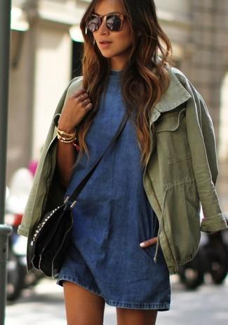 Cómo combinar: anorak verde oliva, vestido casual vaquero azul, bolso bandolera de cuero negro, pulsera dorada