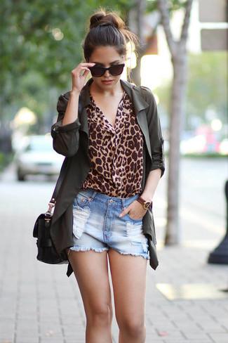 Cómo combinar: anorak verde oscuro, blusa de manga larga de leopardo marrón claro, pantalones cortos vaqueros desgastados celestes, bolso bandolera de cuero negro
