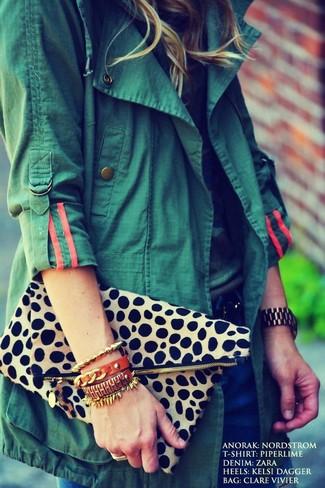 Cómo combinar: anorak verde oscuro, camiseta con cuello circular de camuflaje, vaqueros azul marino, cartera sobre de leopardo en beige