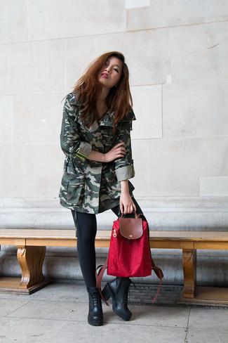 Cómo combinar: anorak de camuflaje verde oscuro, vaqueros pitillo negros, botines con cordones de cuero negros, mochila de lona roja
