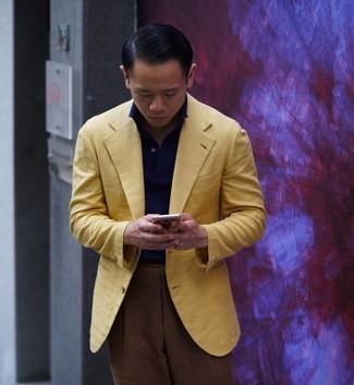 Cómo combinar: blazer amarillo, camisa polo azul marino, pantalón de vestir marrón