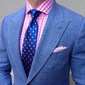 Cómo combinar: blazer azul, camisa de vestir de cuadro vichy rosada, corbata a lunares azul, pañuelo de bolsillo rosado