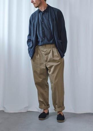 Cómo combinar una camisa de manga larga azul: Empareja una camisa de manga larga azul con un pantalón chino marrón claro para lidiar sin esfuerzo con lo que sea que te traiga el día. Dale onda a tu ropa con mocasín de ante negro.