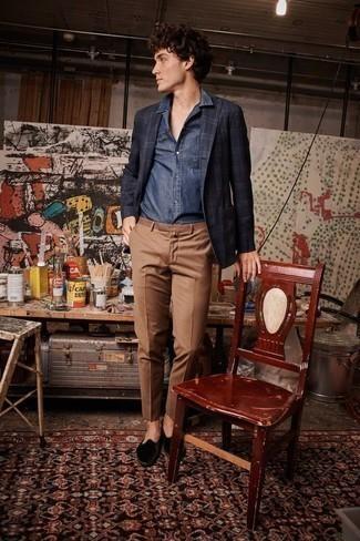 Cómo combinar unos zapatos de vestir: Si buscas un estilo adecuado y a la moda, considera emparejar un blazer de tartán azul marino junto a un pantalón chino marrón. Usa un par de zapatos de vestir para mostrar tu inteligencia sartorial.