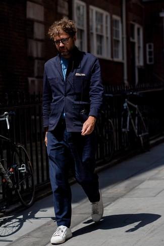 Cómo combinar: blazer de punto azul marino, camisa de manga larga de cambray azul, pantalón chino azul marino, tenis de cuero blancos