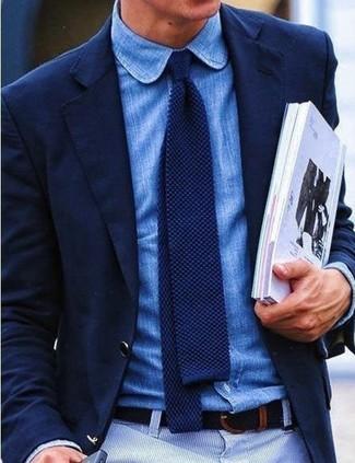 Destaca entre otros civiles elegantes con un blazer azul marino y una camisa de manga larga de cambray azul.