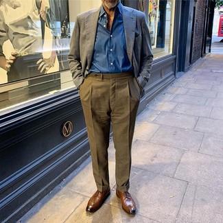Cómo combinar una camisa de manga larga azul: Empareja una camisa de manga larga azul junto a un pantalón de vestir verde oliva para un perfil clásico y refinado. Zapatos derby de cuero marrónes son una opción práctica para completar este atuendo.