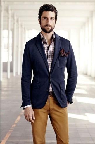 Cómo combinar: blazer azul marino, camisa de manga larga a lunares blanca, pantalón chino en tabaco, pañuelo de bolsillo a lunares burdeos