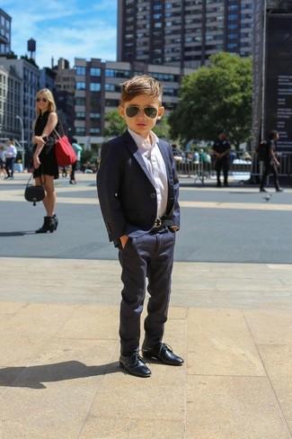Cómo combinar: blazer azul marino, camisa de manga larga blanca, pantalones azul marino, zapatos oxford azul marino