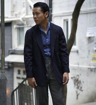 Cómo combinar: blazer azul marino, camisa de manga larga de cambray azul, pantalón de vestir en gris oscuro