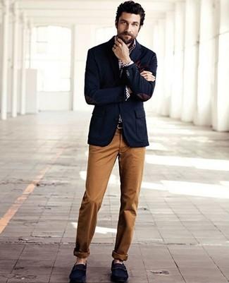 Cómo combinar: blazer azul marino, camisa de manga larga de cuadro vichy en blanco y azul marino, pantalón chino en tabaco, mocasín de ante azul marino