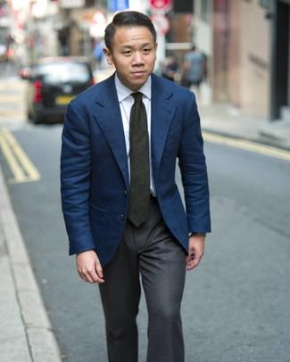 Cómo combinar: blazer azul marino, camisa de vestir blanca, pantalón de vestir en gris oscuro, corbata verde oscuro