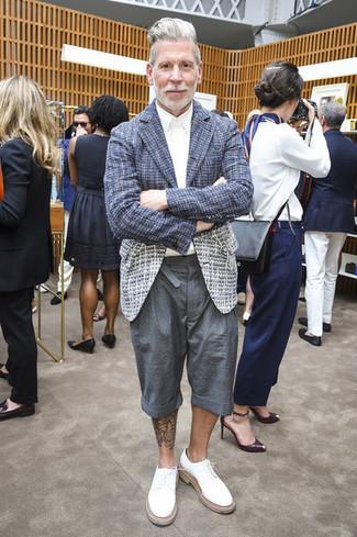 Cómo combinar: blazer de tweed azul marino, camisa de vestir blanca, pantalones cortos grises, zapatos derby de cuero blancos